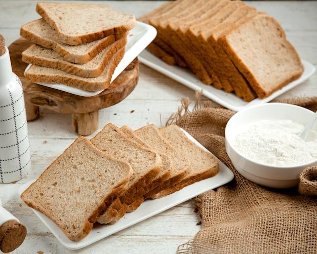 Mucho pan rebanado sobre la mesa Foto gratis