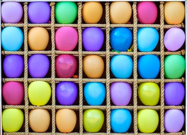 Muchos globos coloridos en cajas separadas Foto Premium