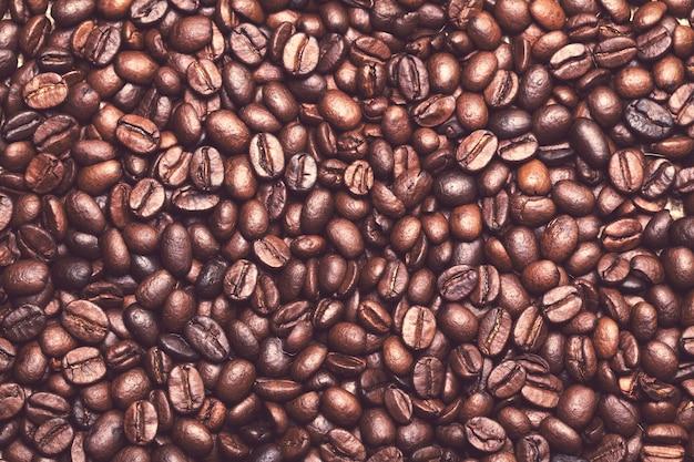Muchos granos de café sobre la mesa Foto gratis