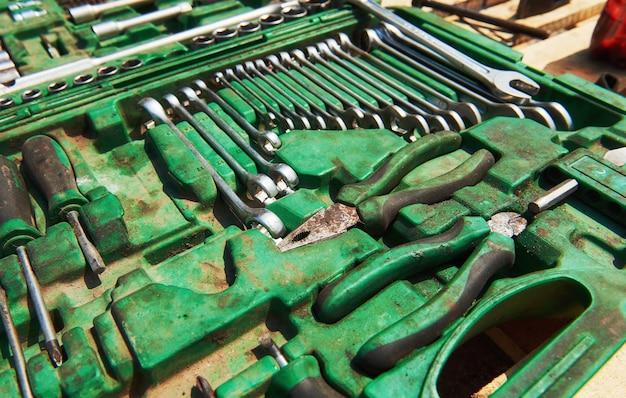 Muchos instrumentos antiguos en caja de herramientas. Foto gratis