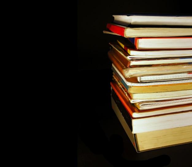 Muchos libros en un fondo negro Foto Gratis