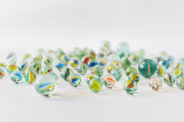 Muchos mármoles transparentes coloridos en el fondo blanco Foto gratis