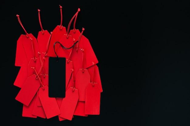 Muchos precios rojos y uno negro en la parte superior con fondo oscuro para el concepto de venta de compras del black friday. Foto Premium