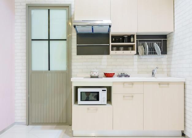 Muebles de cocina modernos con utensilios de cocina contemporáneos ...