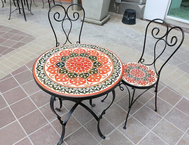 Muebles de jardín mesa y silla en el balcón de la cafetería. Foto Premium