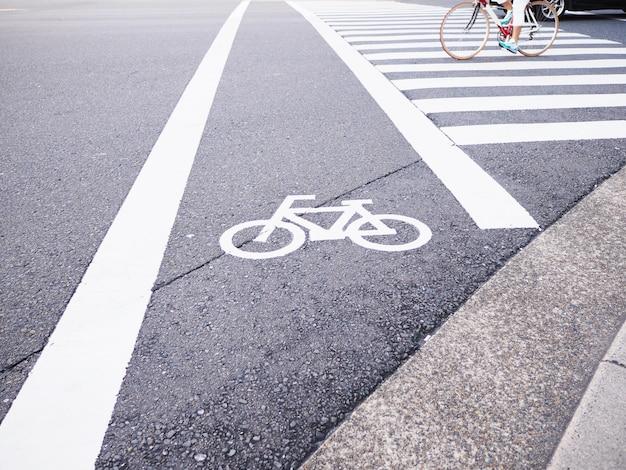 Muestra blanca de la bicicleta en la calle en japón. Foto Premium
