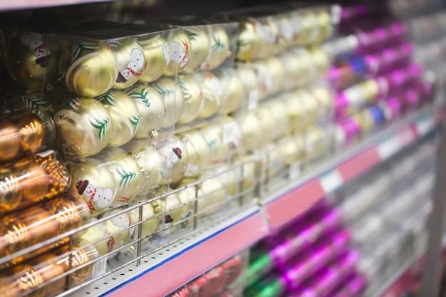 Se muestran artículos de decoración para las temporadas de acción de gracias y navidad en diferentes diseños y colores. Foto Premium