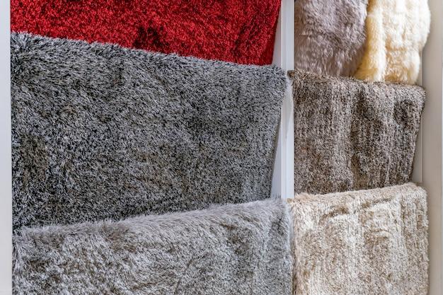 Muestras de alfombras coloridas en la tienda Foto Premium