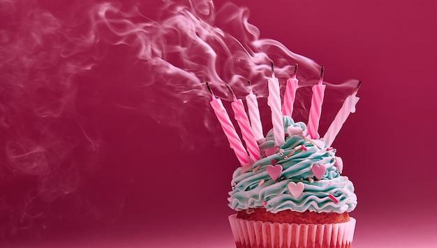 Muffin con crema y vela apagada. el concepto del fin de la celebración. Foto Premium