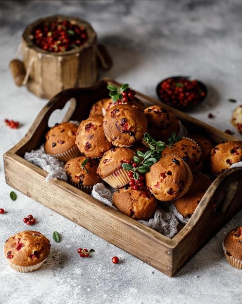 Muffins de arándanos con bayas frescas sobre fondo rústico Foto Premium