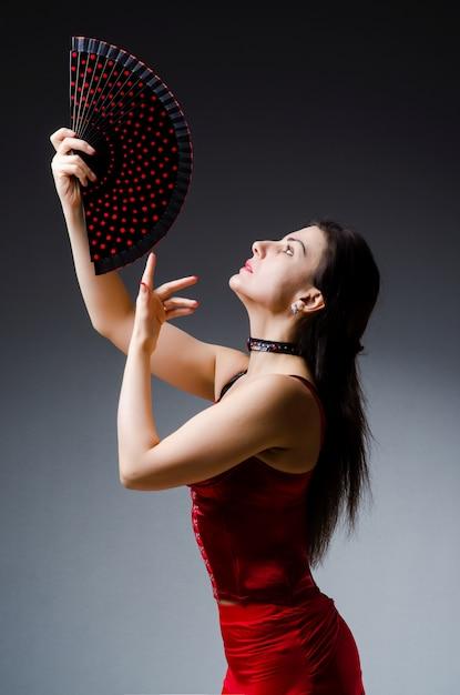 Mujer con abanico bailando bailes Foto Premium