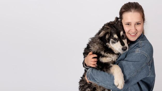 Mujer abrazando lindo perro Foto gratis