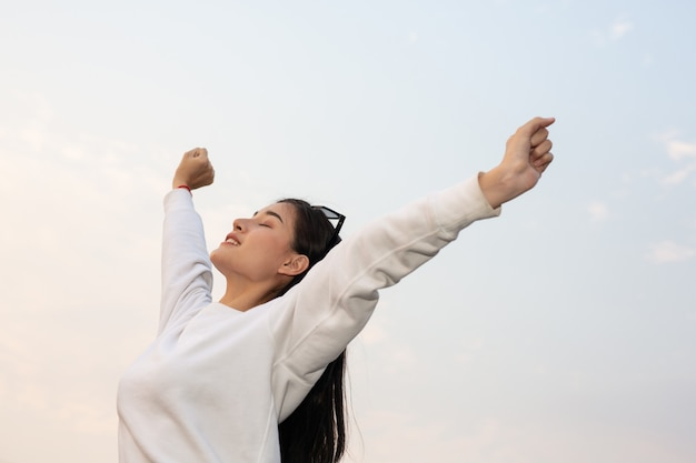 Mujer abriendo los brazos Foto gratis