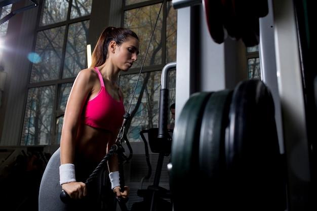 Mujer activa en el gimnasio Foto gratis