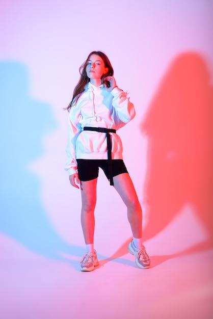 Mujer adolescente bailando hiphop en ropa casual Foto Premium