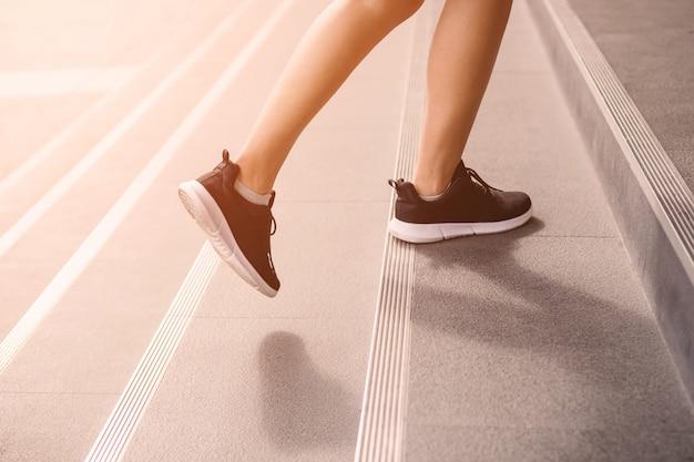 Mujer adulta joven subiendo las escaleras Foto Premium
