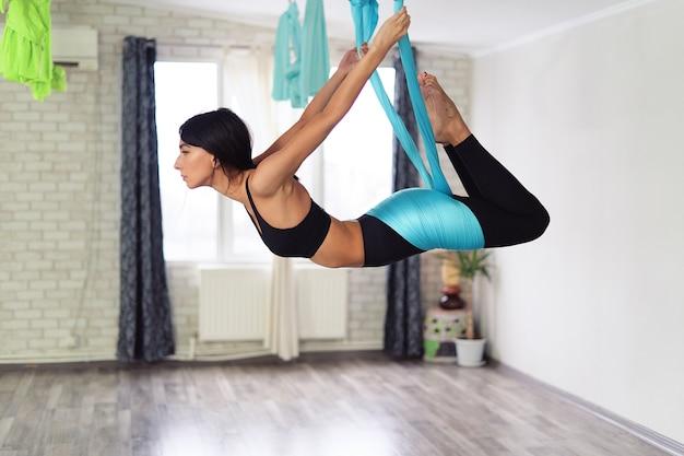 Mujer adulta practica yoga antigravedad Foto gratis