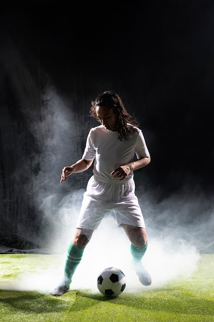 Mujer adulta en ropa deportiva full shot Foto gratis