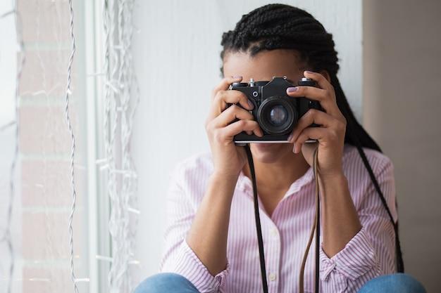 Mujer africana fotografiando en casa descargar fotos gratis for Piani casa africani gratis
