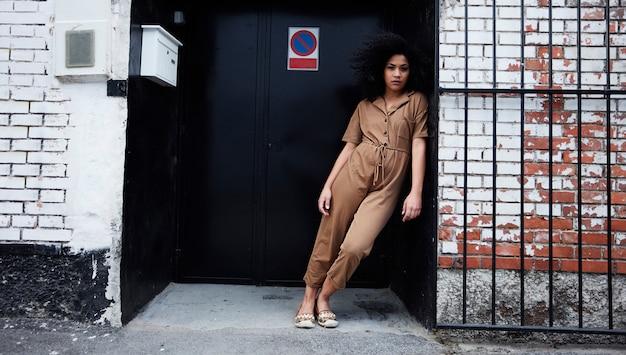 Mujer afroamericana posando Foto gratis