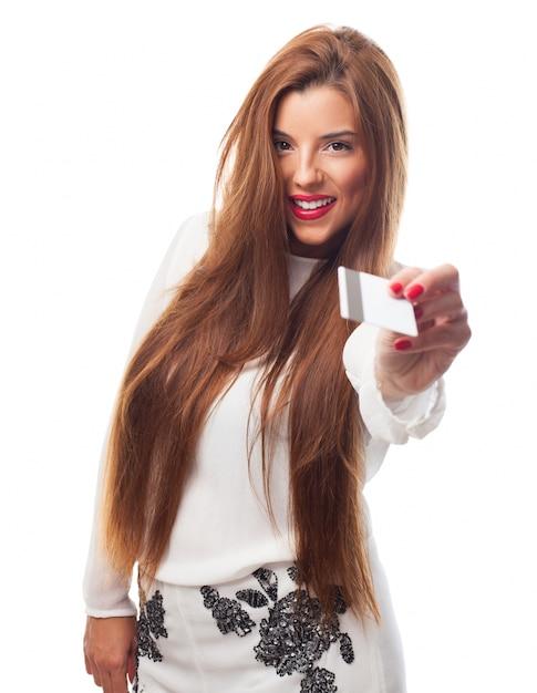 tarjeta de crédito mujer cabello rojo