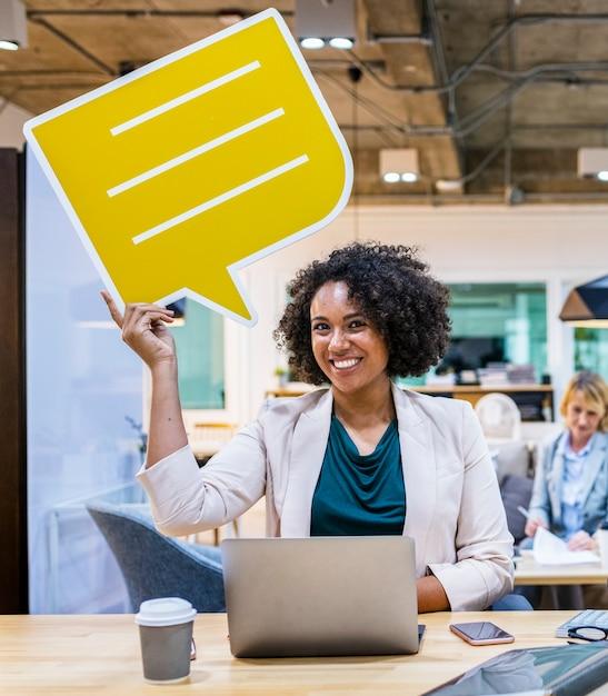 Mujer alegre con un bocadillo de diálogo Foto gratis