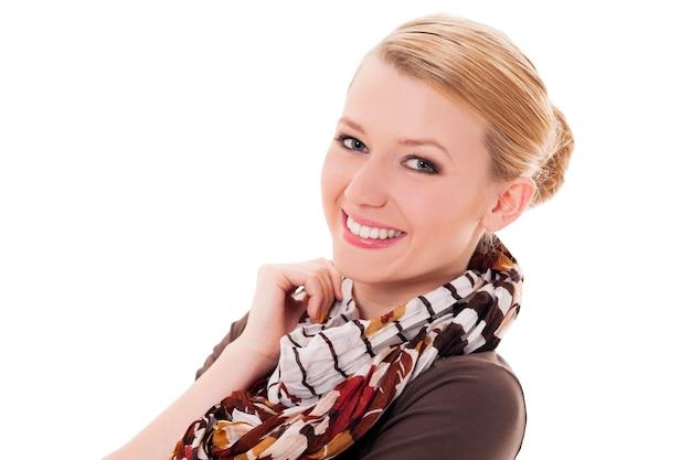 Mujer alegre con bufanda de otoño Foto gratis