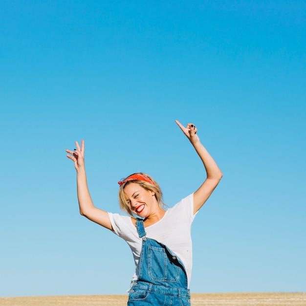 Mujer alegre posando en el campo Foto gratis