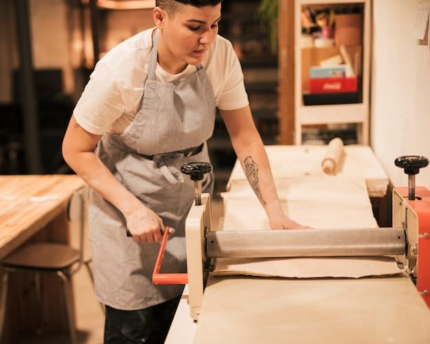 Mujer alfarera trabajando en el taller. Foto gratis