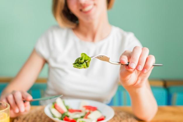 Mujer con alimentos Foto gratis