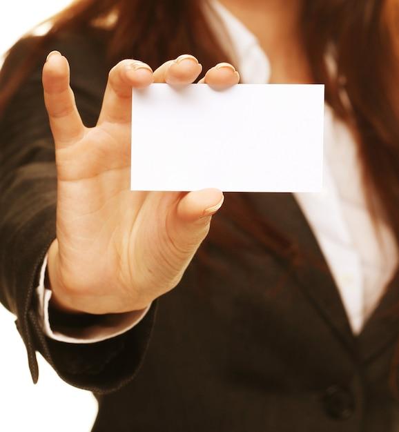 Mujer amable sosteniendo una tarjeta de visita y sonriendo Foto Premium