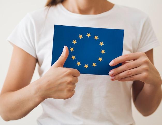 Mujer aprobando votación para elecciones europeas Foto gratis