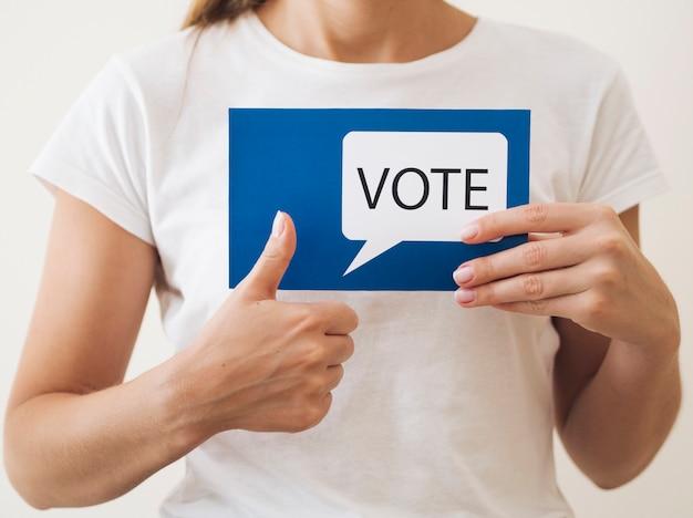 Mujer aprobando votación para nuevas elecciones Foto gratis