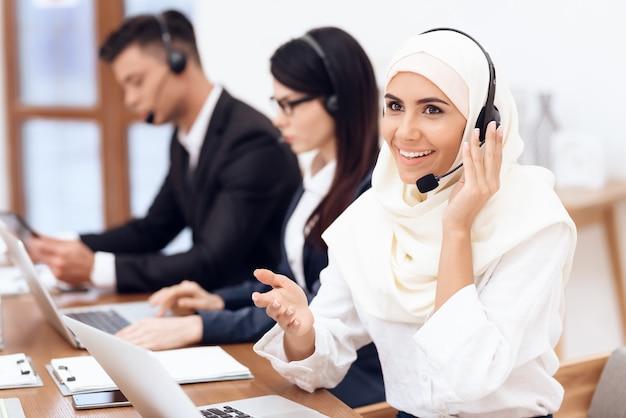 Una mujer árabe trabaja en un call center. Foto Premium