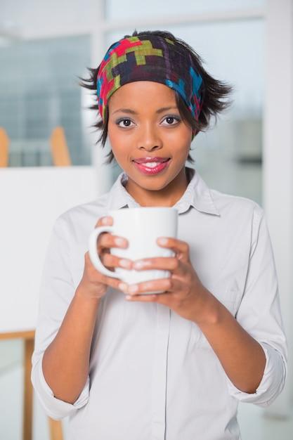 Mujer artística sosteniendo la taza de café | Descargar Fotos premium