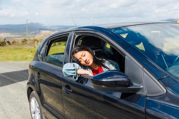 Mujer asiática, dormir, en coche Foto gratis