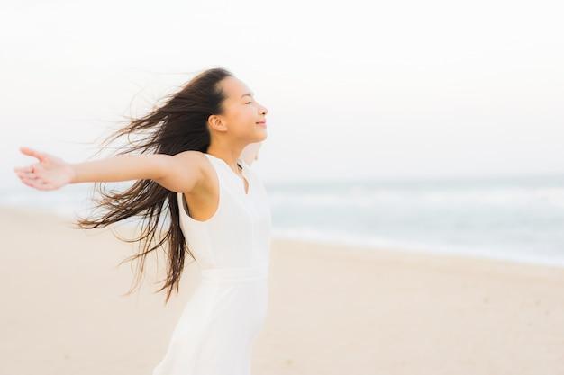 ba032a5bbef3 Mujer asiática joven hermosa del retrato feliz y sonrisa en el mar y ...