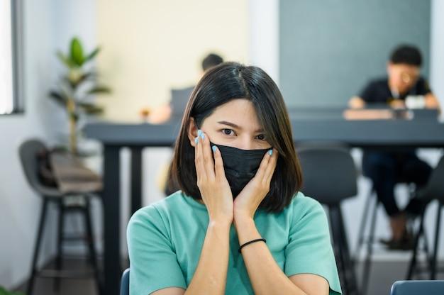 Mujer asiática con máscara médica negra Foto Premium