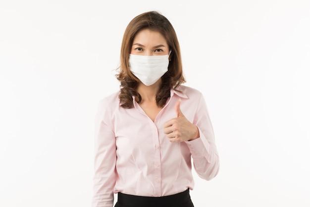 Mujer asiática con mascarilla quirúrgica Foto Premium