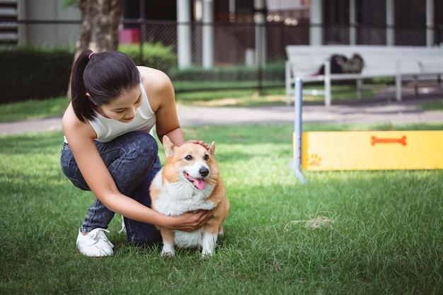 Mujer asiática con perro pembroke welsh corgi Foto Premium