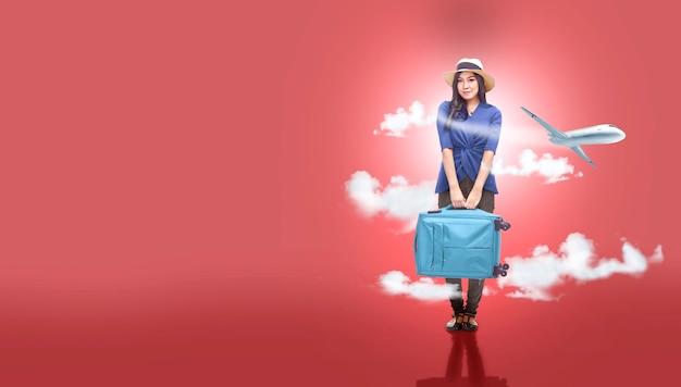 Mujer asiática con sombrero con bolsa de maleta va viajando con fondo de avión Foto Premium