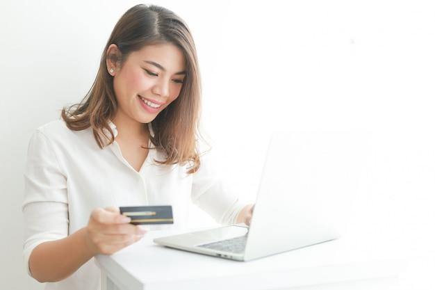Mujer asiática con tarjeta de crédito de compras en línea con computadora portátil Foto Premium