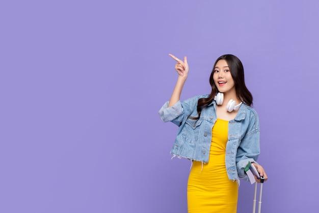 Mujer asiática turista señalando la mano para copiar espacio Foto Premium