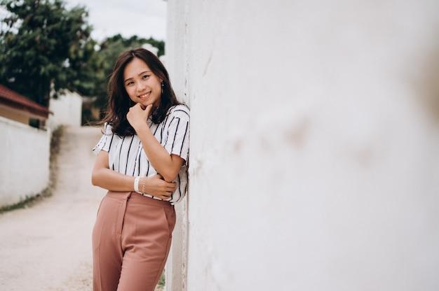 Mujer asiática de vacaciones en la playa Foto gratis