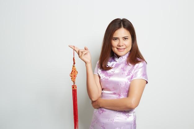 Mujer asiática en vestido largo chino tradicional en blanco Foto Premium