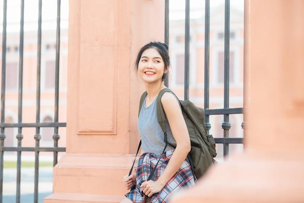 Mujer asiática viajera viajando y caminando en bangkok, tailandia Foto gratis