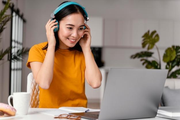 Mujer asistiendo a clases online Foto gratis