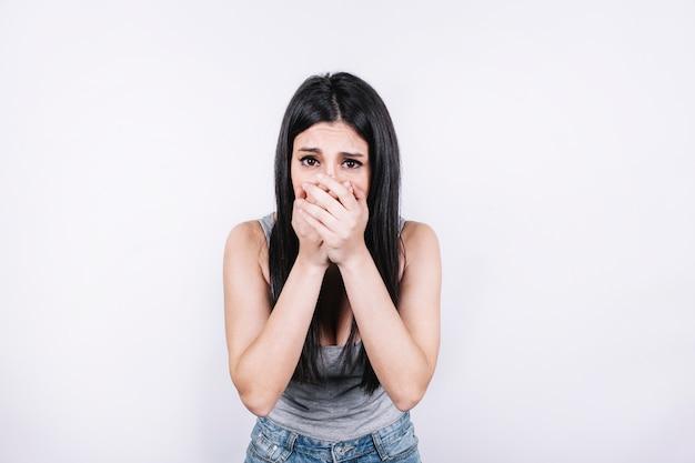 Mujer asustada que cubre la boca Foto gratis