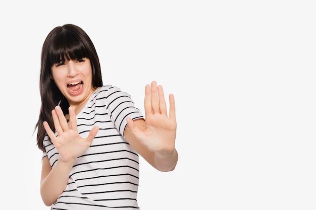 Mujer asustada que intenta protegerse Foto gratis