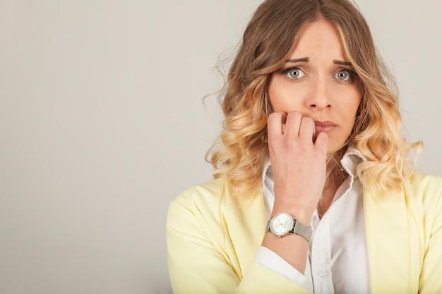 Mujer asustada Foto gratis